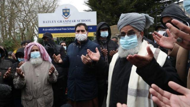 متظاهرون أمام مدرسة باتلي غرامار