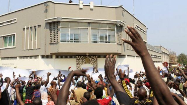 Les manifestants burundais devant l'ambassade de France