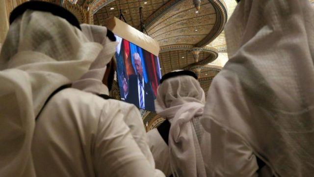 سعوديون يتابعون خطاب ترامب