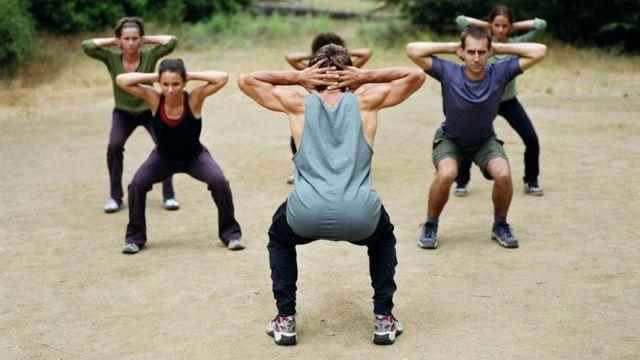 Grupo haciendo ejercicios