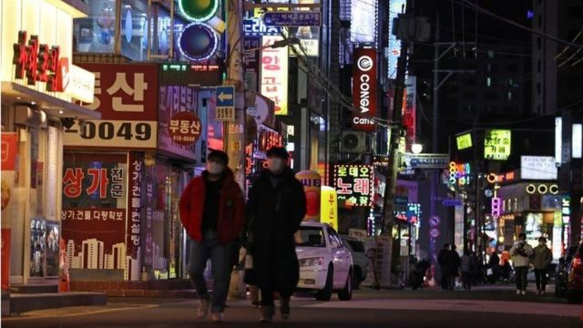 首尔的咖啡馆、餐厅和卡拉OK酒吧都已开放,但需戴口罩和保持距离。