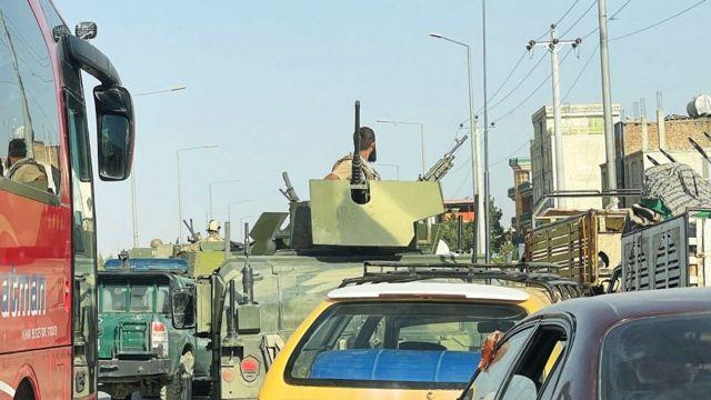 """Боец """"Талибана"""" на броневике в пробке на кабульской улице"""
