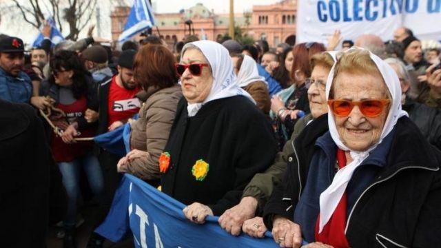 Una multitud impidió que la policía arrestara a Hebe de Bonafini este jueves en la Plaza de Mayo, en Argentina.