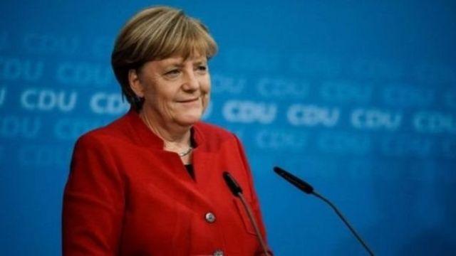 """انغيلا ميركل """"والدة الأمة"""" الألمانية التي فازت بولاية رابعة - BBC News عربي"""