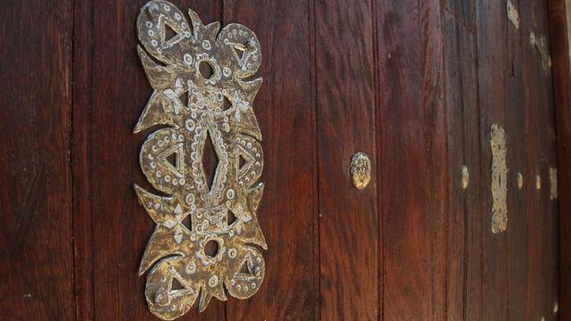 Detalle de una puerta de una mezquita.