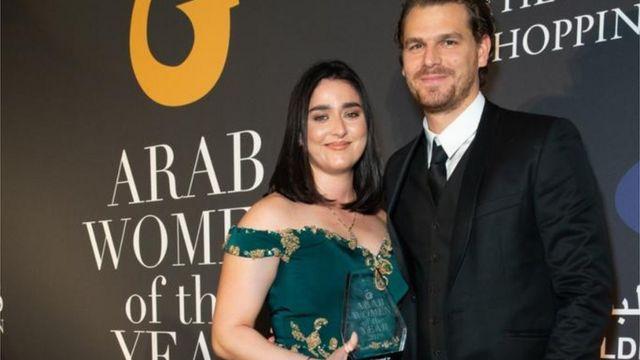 أنس وزوجها في حفل في لندن عند حصولها على جائزة أفضل لاعبة عربية عام 2019 من جمعية في لندن