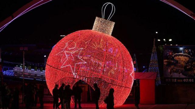 Огромный красный новогодний шар