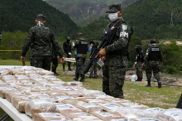 Policía con cocaína incautada