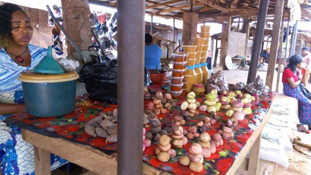 Nwaanyị na-ere oji na ahia Nkwọ Inyi, Enugwu Steeti