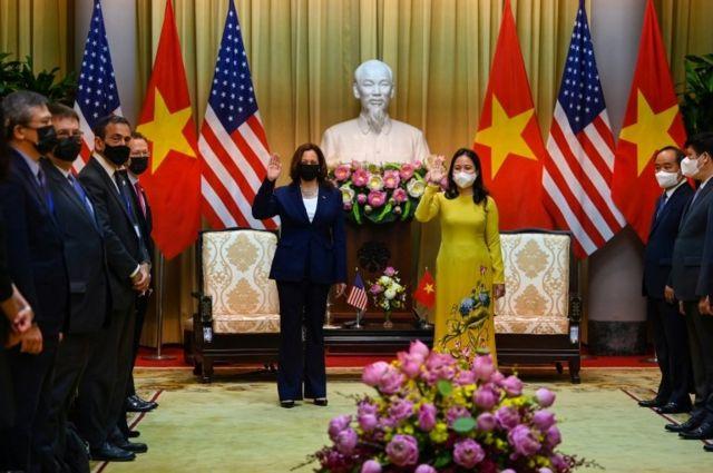 Phó chủ tịch nước Võ Thị Ánh Xuân (phải) đón tiếp Phó tổng thống Mỹ Harris