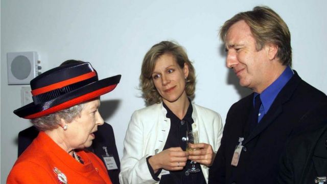 Queen Elizabeth II meeting actors Juliet Stevenson and Alan Rickman at the opening of the new premises of the Royal Academy of Dramatic Art in London. 29/11/2000