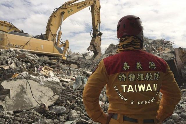 倒壊した複合型高層マンション「維冠金龍大樓」の捜索現場(11日)
