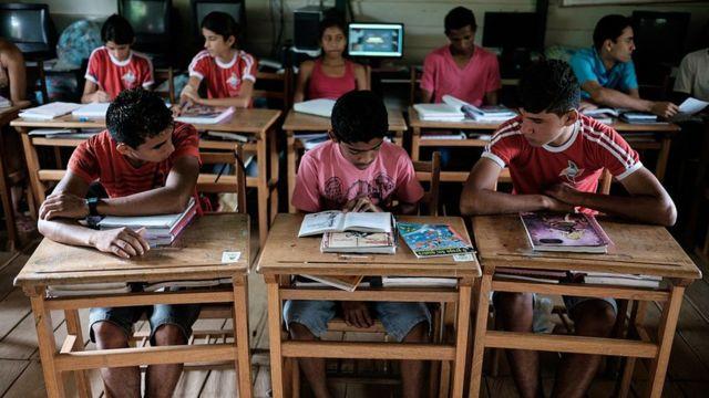Adolescentes en una escuela en el noroeste de Brasil.