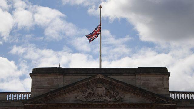 Bandera británica a media asta en el Palacio de Buckingham