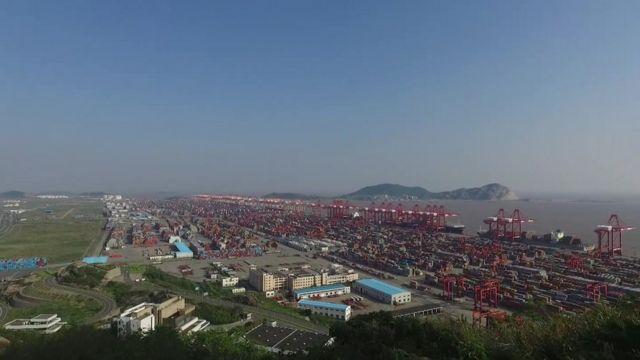 เส้นทางสายไหมทางบกคือถนนและทางรถไฟออกจากจีนมุ่งไปทางตะวันตก ส่วนเส้นทางสายไหมทางทะเล คือเส้นทางเดินเรือจากจีนมุ่งลงใต้แล้วเข้าสู่ทิศตะวันตก