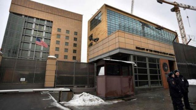 မော်စကိုမှာ ရှိတဲ့ အမေရိကန်သံရုံးကို တွေ့ရစဉ်