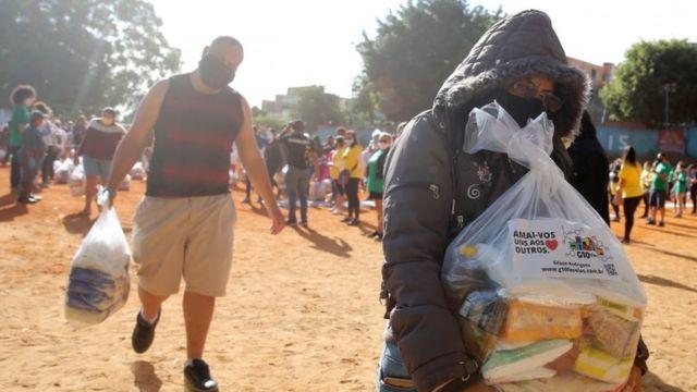 Moradores da favela de Paraisópolis recebem cestas básicas doadas durante a pandemia