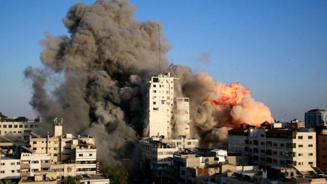 El humo y las llamas se elevan desde una torre destruida por los ataques aéreos israelíes en Gaza.