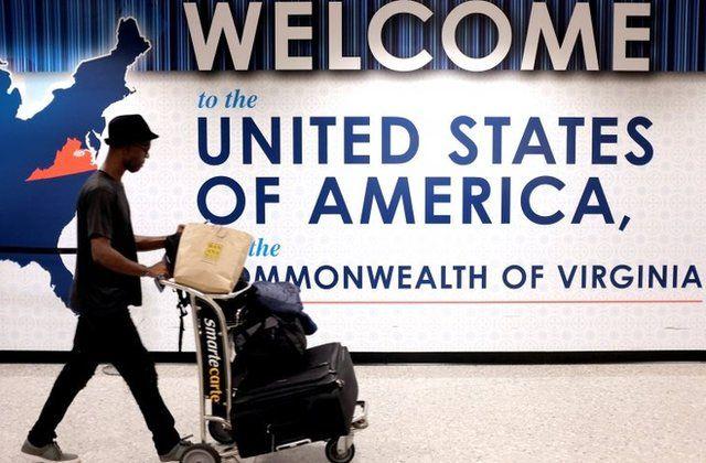 Un pasajero con maletas en un aeropuerto de Estados Unidos.