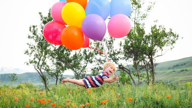 Wil en el aire con globos