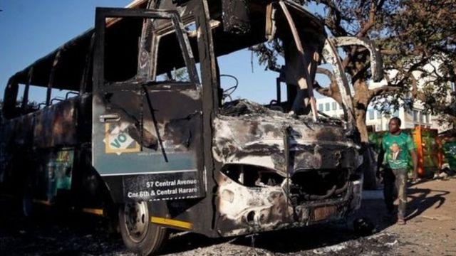 Ônibus incendiado em Harare, no Zimbábue