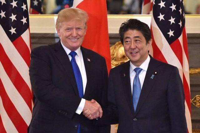 شينزو آبي (يمين) ودونالد ترامب (يسار)