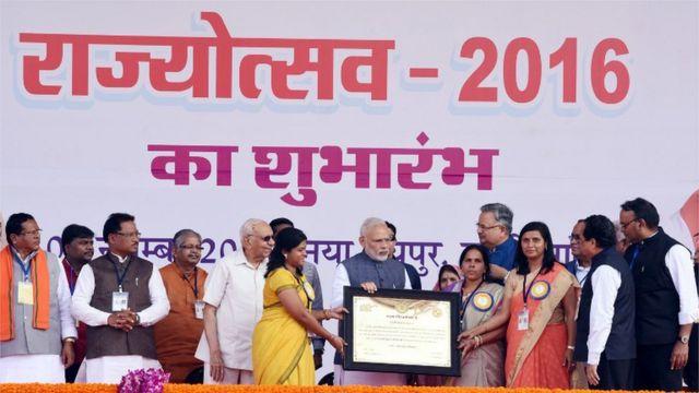 मुंगेली के अधिकारियों के साथ प्रधानमंत्री नरेंद्र मोदी
