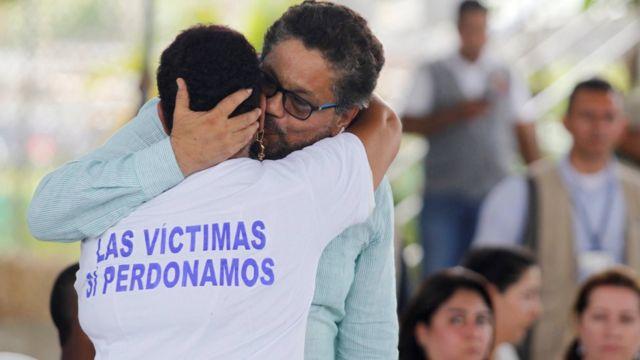 Una víctima del conflicto colombiano se abraza con el negociador guerrillero Iván Márquez.