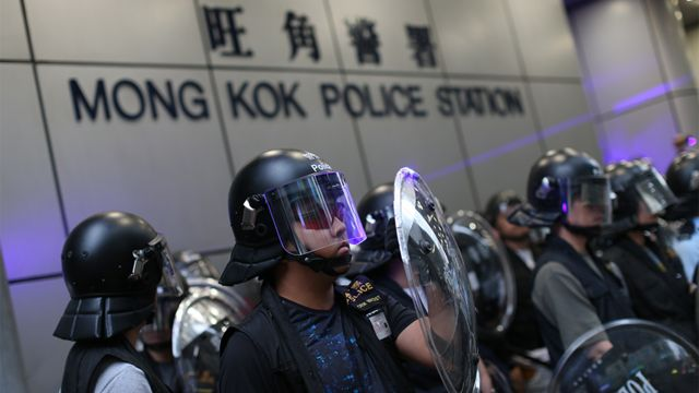 香港旺角警署外警員配備防暴裝備戒備(17/8/2019)