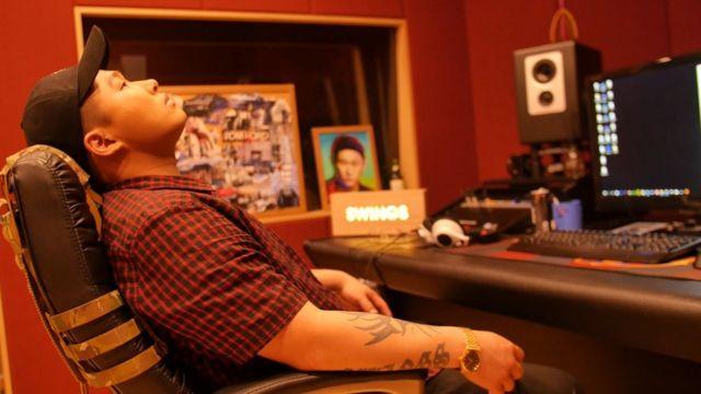스윙스가 스튜디오에서 작업을 하고 있다.