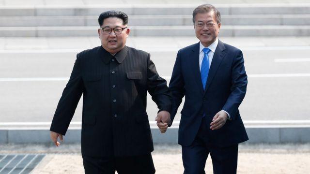 지난 27일 열린 남북정상회담에서 두 정상이 판문점 군사분계선을 함께 넘고 있다