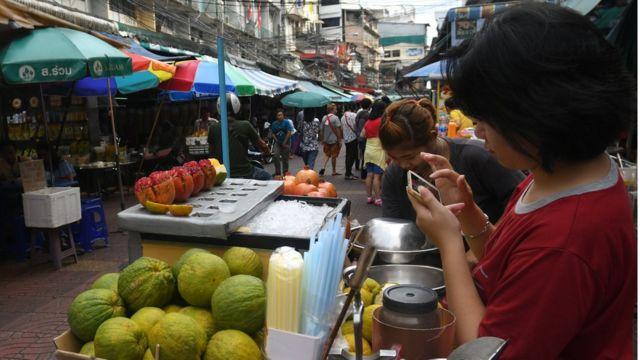 Một người bán hoa quả ở Bangkok (hình minh họa)