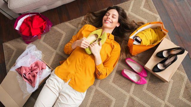 Seorang perempuan memegang sepatu