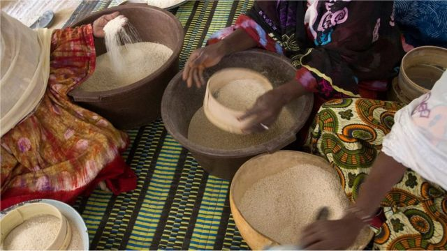 De nombreuses familles sénégalaises préparent souvent une assiette supplémentaire pour que tout visiteur qui arrive à l'improviste ait quelque chose à manger.