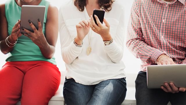 Personnes utilisant des appareils mobiles
