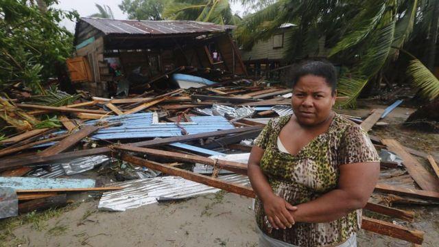 Mujer ante su casa destrozada por el paso de Eta en Pureto Cabezas, Nicaragua.