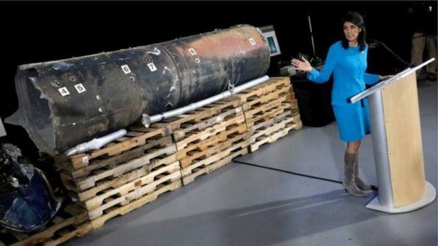 نیک هیلی، نماینده آمریکا در سازمان ملل بخشی از لاشه یک موشک را نشان میدهد که به گفته او همان موشکی است که حوثیها ماه پیش به ریاض، پایتخت عربستان شلیک کردند.