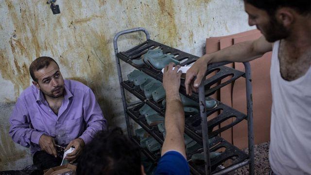 Bir ayakkabı atölyesinde çalışan Suriyeli işçiler