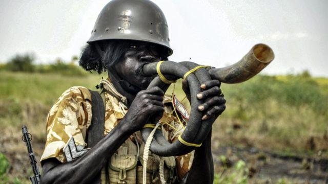 Mu kwa Cumi, umusirikare wa Sudani y'Epfo arahuha mu ihembe mu gihe cy'ibikorwa bya gisirikare mu burasirazuba bwa leta ya Nile.