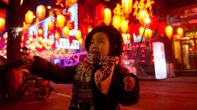 Una niña en el festival de liternas en China