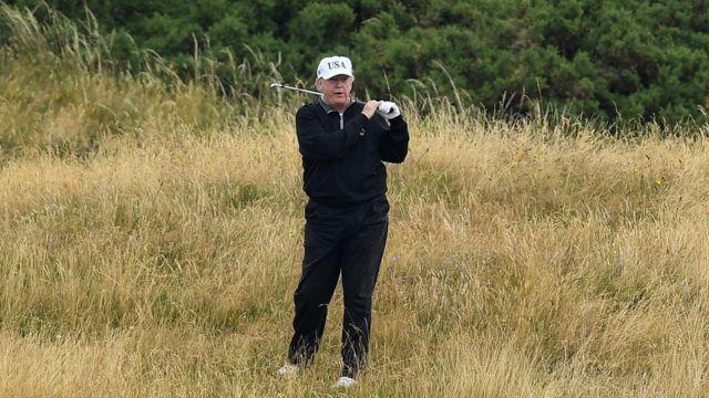 Trump golf oynarken.