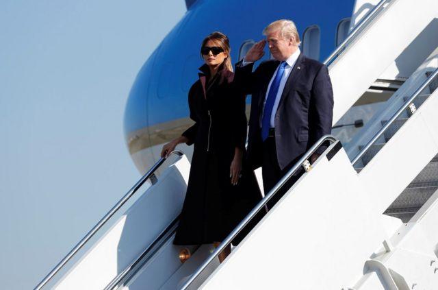 """美國總統特朗普和第一夫人梅拉妮亞11月7日乘坐""""空軍一號""""從日本橫田空軍基地起飛前往韓國訪問。"""