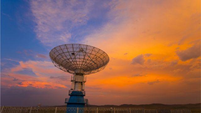 Telescopio al atardecer.