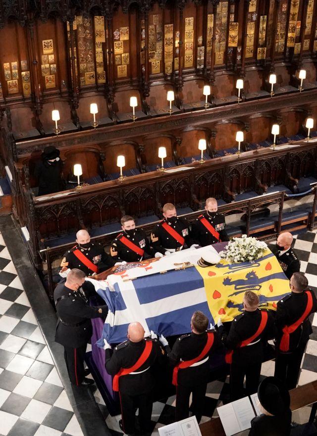 La reina Isabel mirando el ataúd del duque de Edimburgo dentro de la capilla de San Jorge durante los servicios funerarios.