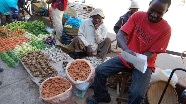 Vendedores en un mercado africano