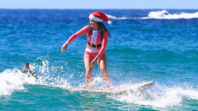 En Australie, mère Noël oublie son traineau et se met au surf.