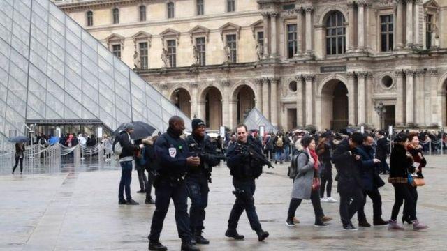 جنود فرنسيون ينتشرون قرب الأماكن الحساسة