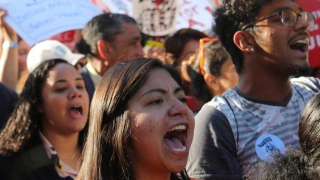 Jóvenes gritan consignas en una protesta a favor de mantener DACA.