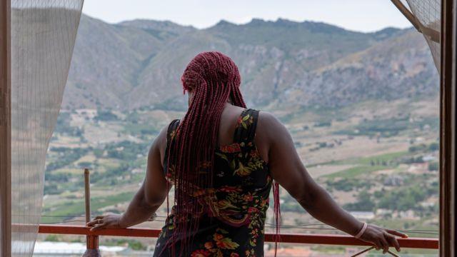 Une femme nigériane dans un refuge pour femmes victimes de la traite en Sicile, Italie