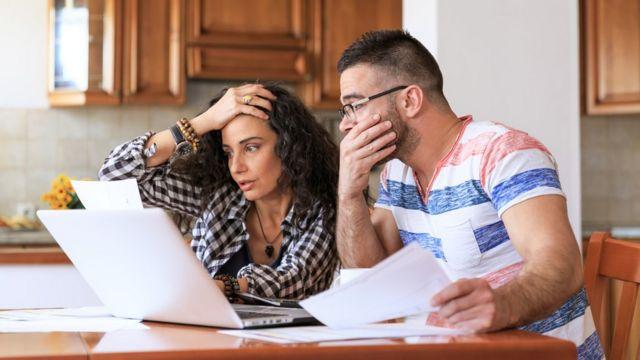 Couple regardant ses comptes finances : voici des recommandations d'un expert pour sortir de l'endettement et améliorer vos finances en 2021 -  116097947 gettyimages 874285346 - Finances : voici des recommandations d'un expert pour sortir de l'endettement et améliorer vos finances en 2021